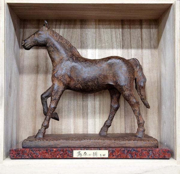 馬のブロンズ像-富永直樹-『高原の朝』